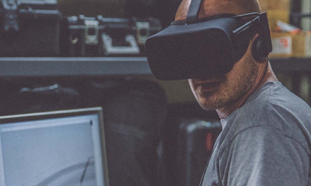 Worker using a virtual reality hmd